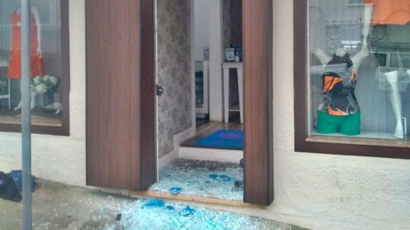 Criminosos invadem loja e roubam mais de R$12 mil em roupas