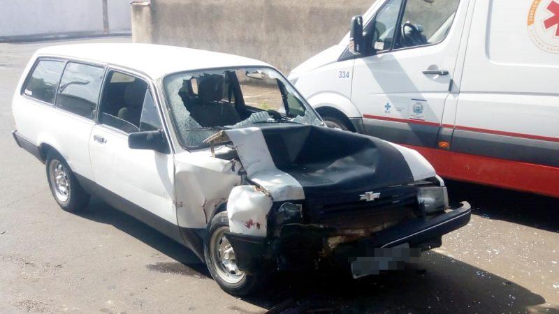 Motorista bate carro contra caminhão no Penhão