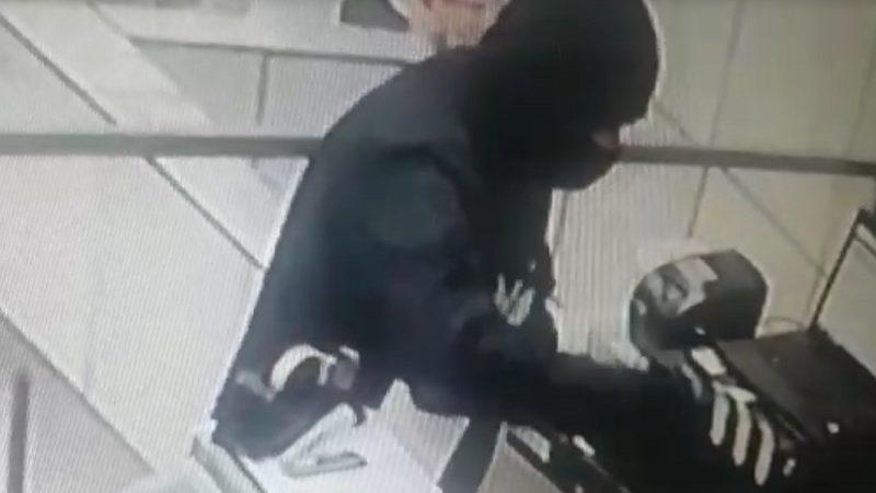 Lanchonete é alvo de assaltantes; responsável fica na mira de revólver