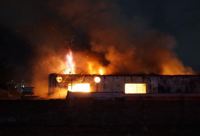Incêndio destrói antiga fábrica de caixas de papelão em Mogi Mirim